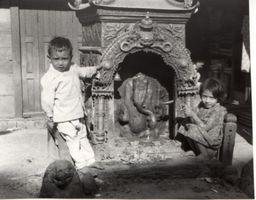 enfants entourant une divinité