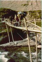 sherpa traversant un pont