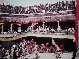 la foule sur le toit du monastère