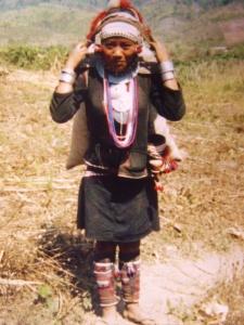 femme akha sur le chemin