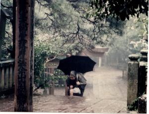 vieille femme se prosternant à l'entre d'un temple