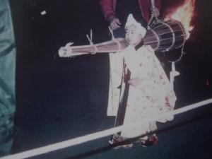 petites torches portées par les enfants