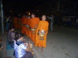 Splendeurs du Laos (16/36) défilé des bonzes à Luang Prabang dans LAOS 021