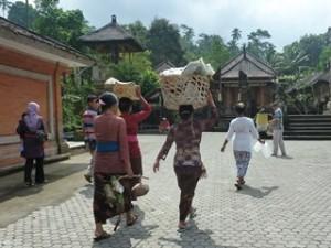 A Java et Bali (36/41) la source sacrée de Tirta Empul dans INDONESIE 13-37-300x225